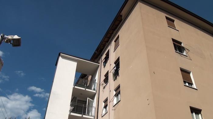 Croll il tetto in via bronzetti dopo 4 mesi tutto uguale la storia di giuseppe fenice - Cornicione casa ...